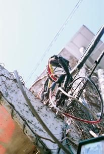 古いビル側壁の複雑に取り付けられた野外配線の写真素材 [FYI03176896]