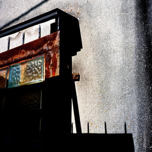 モルタルの建物と鉄製の塀の写真素材 [FYI03176900]