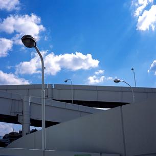 公営駐車場への進入高架路の写真素材 [FYI03176902]