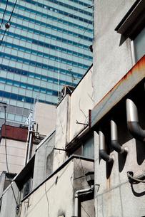 高層ビルを背景にした古い昭和のビルの写真素材 [FYI03176911]