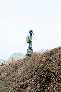 耕作地の脇に立つ農業用水道の蛇口の写真素材 [FYI03176919]