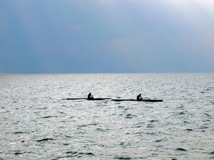 江ノ島沖を進む二艘のカヤックの写真素材 [FYI03176920]