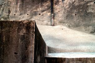東京都心の広大な更地のコンクリート基礎の写真素材 [FYI03176922]