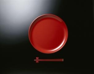 赤い和皿と箸の写真素材 [FYI03176978]