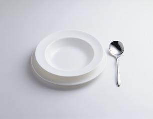 スープ皿とスプーンの写真素材 [FYI03176988]