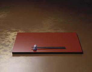 漆塗りの盆と箸の写真素材 [FYI03176995]