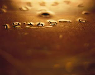 数字の彫られた金属板の写真素材 [FYI03177002]