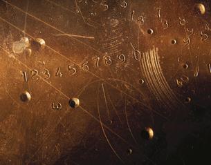 数字の彫られた金属板の写真素材 [FYI03177005]