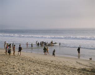 海岸に集まる人々 ナザレ ポルトガルの写真素材 [FYI03177101]