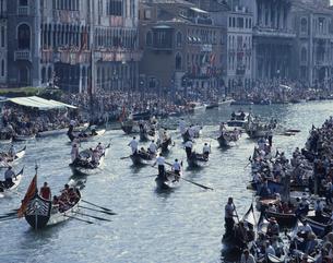 ゴンドラレース    ベニス イタリアの写真素材 [FYI03177102]