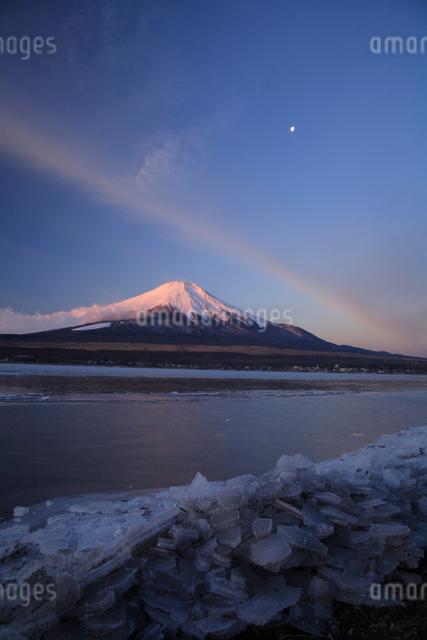 富士山と三日月の写真素材 [FYI03177136]
