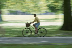 自転車で走る女性   ロンドン イギリスの写真素材 [FYI03177244]