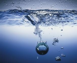 水に落ちる球の写真素材 [FYI03177405]
