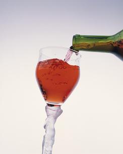 グラスに注がれるワインの写真素材 [FYI03177419]