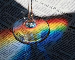 グラスと新聞の写真素材 [FYI03177432]