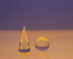 クリスタルの円すいと球の写真素材 [FYI03177443]