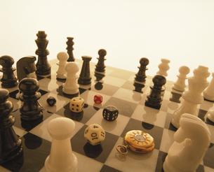 チェスと時計とサイコロの写真素材 [FYI03177445]