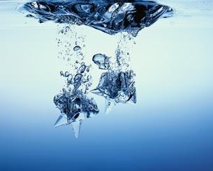 水に落ちる物体の写真素材 [FYI03177451]