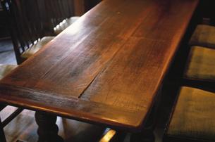 木製のテーブルと椅子の写真素材 [FYI03177461]