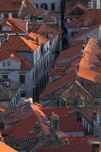 印象的な赤い瓦屋根のドブロヴニク旧市街の家並みの写真素材 [FYI03177499]