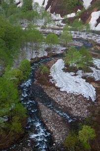 新緑の胆沢川渓谷と残雪の写真素材 [FYI03177716]