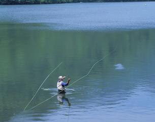 湯の湖でフライフィッシングする人 栃木県の写真素材 [FYI03177856]