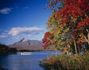 大沼公園と駒ケ岳の紅葉風景 北海道の写真素材 [FYI03177862]
