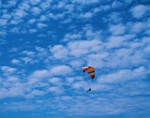 大空とパラグライダーをする人 阿蘇町 熊本県の写真素材 [FYI03177902]
