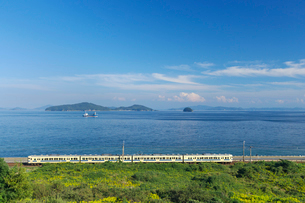 山陽本線と瀬戸内海の写真素材 [FYI03178251]