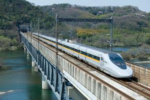 山陽新幹線レールスターと桜の高梁川の写真素材 [FYI03178413]
