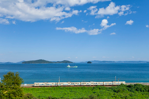 山陽本線と瀬戸内海の島々の写真素材 [FYI03178574]