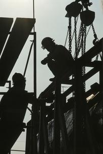 造船場で働く人のシルエットの写真素材 [FYI03178625]