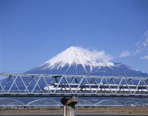 鉄橋を走る新幹線と富士山 静岡県の写真素材 [FYI03178640]
