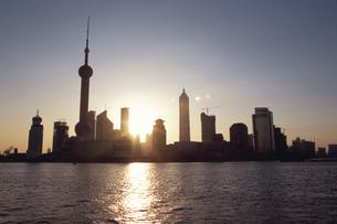 外灘より浦東新区の日の出  上海 中国の写真素材 [FYI03178665]
