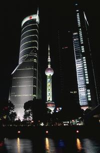 東方明珠塔の夜景  上海 中国の写真素材 [FYI03178670]