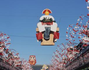 浅草の正月飾りのだるまと鏡餅 台東区 東京都の写真素材 [FYI03179144]