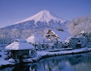 冬の忍野八海と富士山の風景(白) 忍野村 山梨県の写真素材 [FYI03180055]