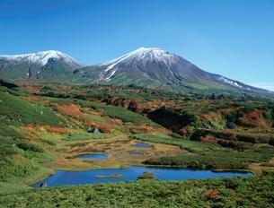 沼ノ平と旭岳(右)・熊が岳(左) 北海道の写真素材 [FYI03180063]