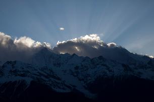 飛来寺より望む梅里雪山夕景の写真素材 [FYI03180135]