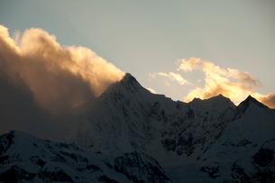 飛来寺より望む梅里雪山主峰カワカブ峰夕景の写真素材 [FYI03180145]
