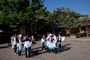 古城内の四方街で踊る人達の写真素材 [FYI03180185]