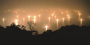 水面にともる漁火 日置町 山口県の写真素材 [FYI03180202]