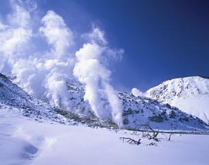 煙の上がった冬の硫黄山 北海道の写真素材 [FYI03180251]