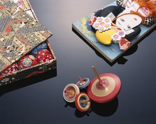 4個の駒と羽子板と箱の中のお手玉の写真素材 [FYI03180311]