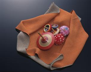 風呂敷の上の4個の駒とお手玉の写真素材 [FYI03180316]