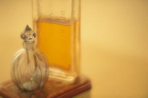 2本の香水瓶の写真素材 [FYI03180363]
