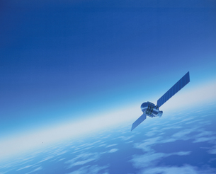 宇宙を漂う人工衛星イメージの写真素材 [FYI03180419]