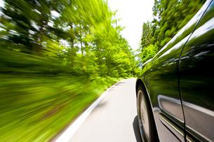 走る車と流れる新緑の風景の写真素材 [FYI03180570]