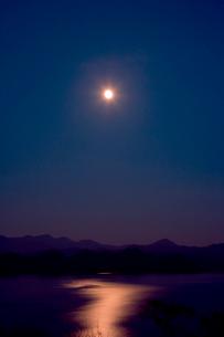 月と光る湖面 夜の十和田湖の写真素材 [FYI03180661]