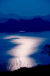 光る湖面 夜の十和田湖の写真素材 [FYI03180663]